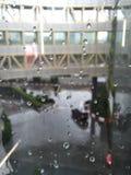 在镜子的雨下落 免版税库存图片