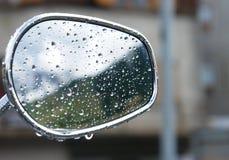 在镜子的雨下落 图库摄影