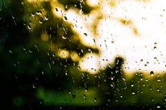在镜子的雨珠在下雨以后在晚上 免版税库存照片