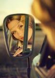 在镜子的面孔 免版税库存照片