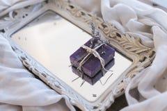 在镜子盘子的淡紫色肥皂 库存图片