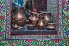 在镜子背景的老铜水大口水罐 古老葡萄酒铜碗 葡萄酒铜花瓶 免版税库存图片