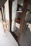 在镜子门和室外对象的阴影 免版税图库摄影
