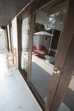 在镜子门和室外对象的阴影 库存图片