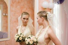 在镜子附近的新娘 免版税库存图片