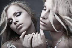 在镜子附近的美丽的性感的少妇在白色 免版税库存照片