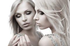 在镜子附近的美丽的性感的少妇在白色 免版税图库摄影