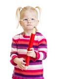 在镜片的滑稽的严肃的孩子有红色铅笔的 免版税图库摄影