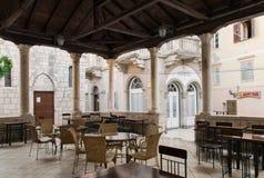 在镭古城的正方形的老木和石门廊 免版税库存图片
