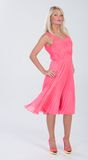 在镶褶边的桃红色礼服的白肤金发的头发的模型 图库摄影