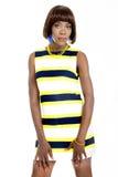 在镶边便服打扮的美丽的年轻非洲妇女 免版税库存照片