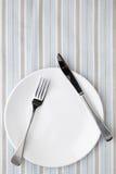 在镶边桌布的餐位餐具 免版税库存照片