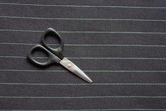 在镶边织品背景影像的小剪刀 库存图片