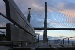 在长凳后的瓦斯科・达伽马桥梁 免版税库存照片