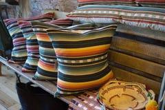 在长凳的五颜六色的羽绒枕头 库存图片