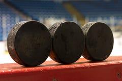 在长凳的冰球 免版税库存照片