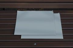 在长凳的大模型报纸 免版税库存照片