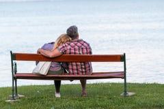 在长凳的夫妇 免版税库存照片