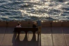 在长凳的妇女旅游开会 库存照片
