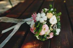 在长凳的婚礼花束 图库摄影