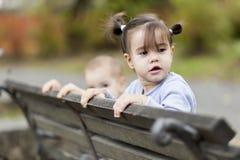 在长凳的孩子 免版税库存照片