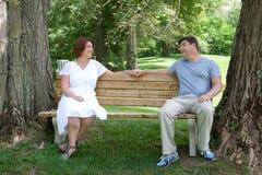 在长凳的富感情的已婚夫妇 免版税库存照片
