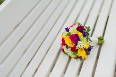 在长凳的新娘花束 免版税图库摄影