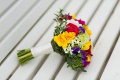 在长凳的新娘花束 免版税库存图片