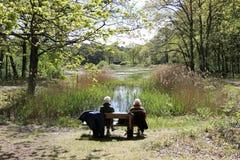 在长凳的更旧的夫妇 免版税图库摄影