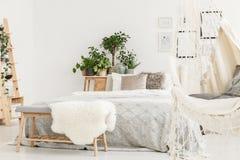 在长凳的毛茸的地毯 免版税图库摄影