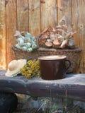 在长凳的秋天篮子 库存图片