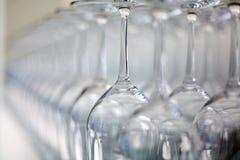 在长凳的酒杯 免版税库存照片