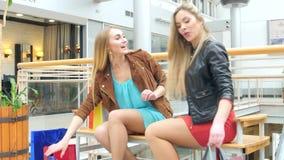 在长凳购物中心的美好的白肤金发的开会 股票视频