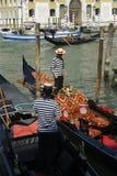 在长平底船的威尼斯式平底船的船夫工作 免版税库存图片