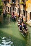 在长平底船的游客旅行在威尼斯 图库摄影