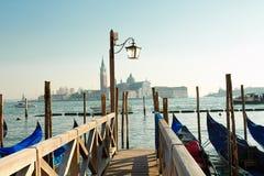 在长平底船码头的灯笼在威尼斯 免版税库存图片