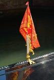 在长平底船,威尼斯,意大利的传统旗子 图库摄影