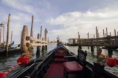 在长平底船,威尼斯,意大利的浪漫旅行 库存照片
