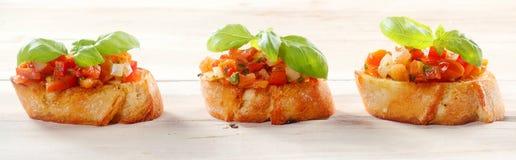 在长方形宝石的蕃茄Bruschetta与新鲜的蓬蒿 免版税图库摄影