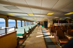 在长期的轮渡里面Kittitas作为从Mukilteo的小船航行向惠德比岛在一个美好的晴朗的冬天早晨 免版税库存照片