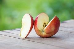 在长木凳的新鲜的苹果 免版税库存照片