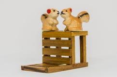 在长木凳的灰鼠Cerimic在公园 免版税图库摄影