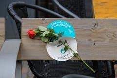 在长木凳的红色玫瑰在乌得勒支,荷兰 库存照片
