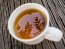 在长木凳的Moring茶。 库存照片