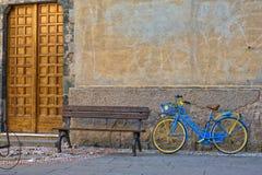 在长木凳附近的葡萄酒自行车 免版税库存图片