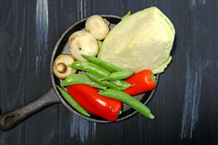 在长柄浅锅的新鲜蔬菜 免版税图库摄影