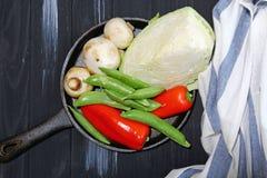 在长柄浅锅的新鲜蔬菜 库存图片