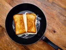 在长柄浅锅的烤乳酪三明治 库存图片