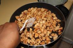 在长柄浅锅的鸡 库存图片