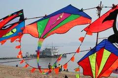 在长江,武汉,中国背景的多色风筝  免版税库存照片